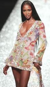 Naomi Campbell sfila perGai Mattiolo primavera-estate catwalk