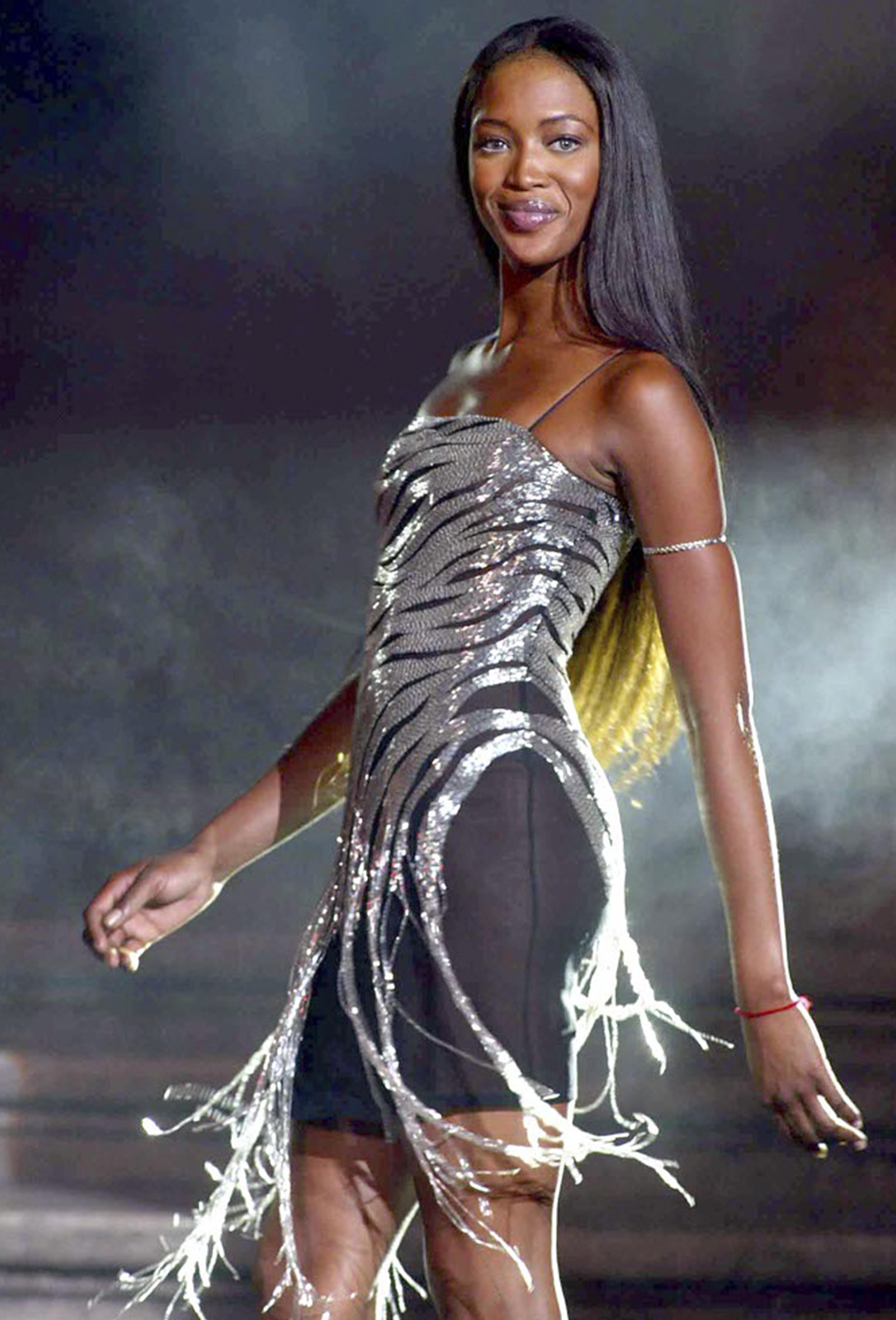 Naomi Campbell sfila in passerella per Gai Mattiolo